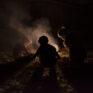 Enfants devant un feu de camp